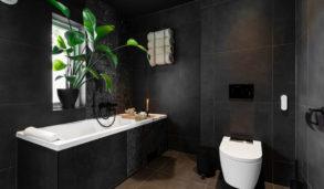 Mørkt bad i Porsgrunn med flislagt badekar