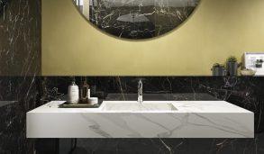 Svart marmorflis på bad med malt gul vegg