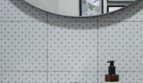 Lyse grå fliser med diskret mønster til gulv og vegg