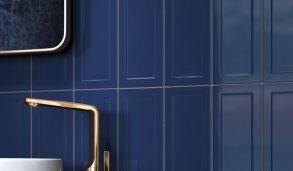 Blå veggfliser med ramme montert stående på vegg