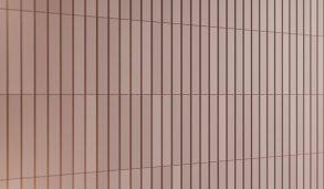 Rosa matt veggflis montert stående på vegg