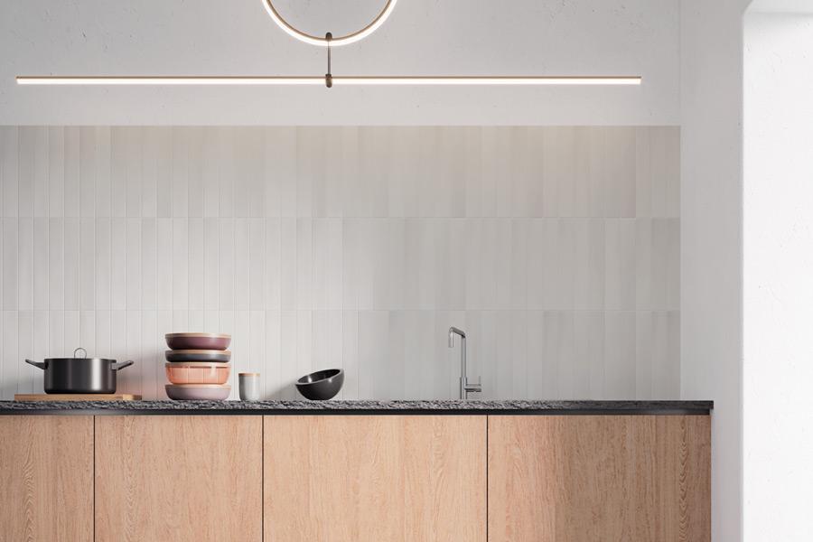 Kjøkken med lyse veggfliser i matt overflate.