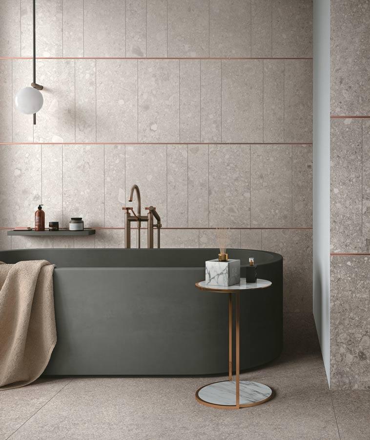 Baderom med Norr (grå fliser) og badekar