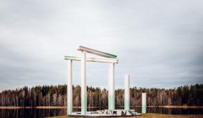 Kunst paviljong på Nordbytjernet med vann i bakgrunn
