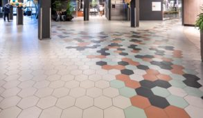 Stort felt med hexagon gulvfliser i Stavanger