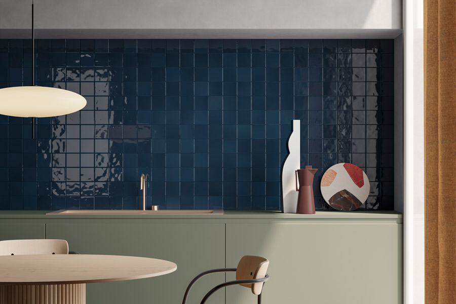 Kjøkken med blå kjøkkenfliser mellom benk og overskap
