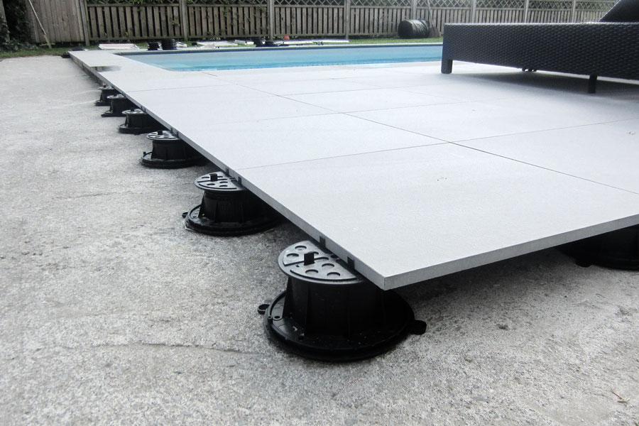 flislagt terrasse med fliser på føtter